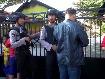 Aparat kepolisian berjaga-jaga di pintu gerbang SDN 1 Menteng