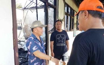 Gubernur Kalimantan Tengah Sugianto Sabran saat melihat puing kebakaran di SDN-1 Menteng, Palangka Raya, Minggu (30/7/2017).