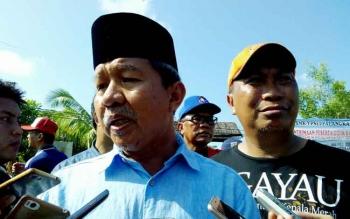Wali Kota Palangka Raya Riba Satia didampingi Wakilnya, Mofit Saptono Subagio memberikan keterangan kepada wartawan, Minggu (30/7/2017).