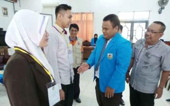 Kepala Dinas Pemuda dan Olahraga Kotim Najmi Fuadi dan Ketua KNPI Endra Rosada bersama sejumlah mahasiswa dan siswa.
