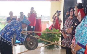 Sekda Barito Utara, Ir H Jainal Abidin sedang memukul gong pertanda dibuka secara resmi kegiatan ritual adat Nyanggar Lebu, Tuping Wayang dan Tolak Bala.