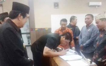 Wakil Ketua DPRD Kotim Parimus saat menandatangani pengesahan KUA PPAS 2018