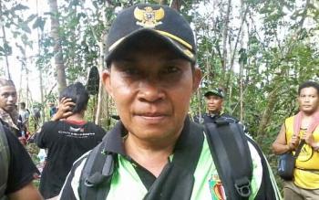 Kepala Desa Tumbang Bulan Kabupaten Katingan, Yusran saat mendaki Bukit Bulan.