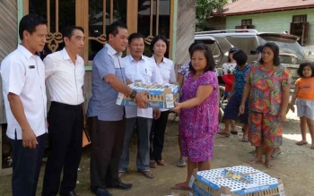 Anggota DPRD Gumas Untung Jaya Bangas (baju biru) menyerahkan bantuan bibit ternak untuk masyarakat.