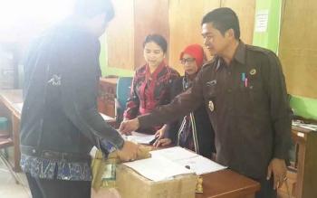 Lurah Bukit Tunggal, Muhammad Heri Fauzi saat menerima Kartu Indonesia Sehat dari pihak Dinas Sosial Kota Palangka Raya.