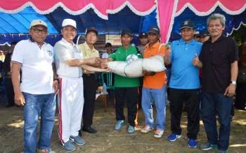 Bupati Kapuas Ben Brahim S Bahat menyerahkan bola dan Jaring Gawang kepada panitia didampingi Ketua PHBI Kapuas KH M Nafiah Ibnor dan Kepala Dinas Pemuda dan Olahraga Tatang Lesmana.