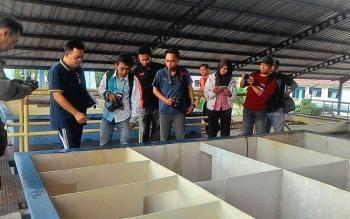 Direktur PDAM Palangka Raya, Tridoyo Kertanegara saat mengenalkan jaringan penyaringan air PDAM kepada sejumlah pengunjung.