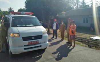 Sekda Katingan Nikodemus didampingi Kepala Dinas Kesehatan dr Robertus Pamuriyanto melepas petugas fogging yang akan melakukan pengasapan massal di wilayah Kecamatan Katingan Hilir, Senin (31/7/2017).