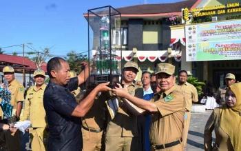 Bupati Ben Brahim S Bahat menyerhakan piala bergilir lomba kebersihan kepada Kelurahan Selat Dalam di halaman Kantor Dinas Pekerjaan Umum Kapuas, Senin (31/7/2017) pagi.