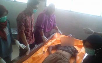 Tim medis sedang melakukan visum terhadap korban di RSUD dr Doris Sylvanus Palangka Raya.