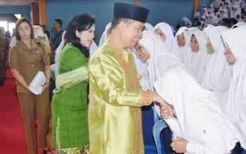 Bupati Kapuas Ben Brahim S Bahat dan istrinya, Ary Egahny Ben Bahat menyalami siswa di Gedung Olahraga Panunjung Tarung Saat acara halal bi halal, Senin(31/7/2017).