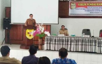 Wabub Gumas Rony Karlos ketika menyampaikan sambutan saat membuka kegiatan Forum Pembauran Kebangsaan yang dilaksanakan di aula kantor BP3D Kabupaten Gunung Mas, Senin (31/7/2017).