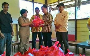 Ketua Gapensi yang juga anggota DPRD Kalteng, MH Rizal didampingi Ketua DPD Golkar Katingan Alfujiansyah menyerahkan bantuan sembako di Petak Bahandang Kecamatan Tasik Payawan, Senin (31/7/2017).