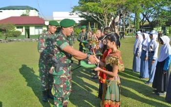 Komandan Kodim 1015 Sampit, Letkol Infanteri I Gede Putra Yasa saat memberikan hadiah kepada perwakilan peserta lomba di halaman Kodim 1015 Sampit, Kabupaten Kotawaringin Timur (Kotim) Senin (31/7/2017).