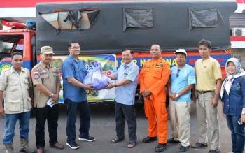 Kepala Dinas Koperasi dan UMKM Provinsi Kalteng Drs H Sapto Nugroho MM menyerahkan bantuan untuk korban banjir di wilayah Kabupaten Barito Utara yang diterima Sekda Barito Utara, Ir H Jainal Abidin.