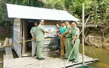 Tampak Wakil Bupati, Drs. H. Sugiyarto (kacamata hirtam) saat ikut memanen ikan dari program KUBE milik poktan, di lokasi Kerambva Apung Sungai Lamandau, Nanga Bulik. Senin (31/7/2017)