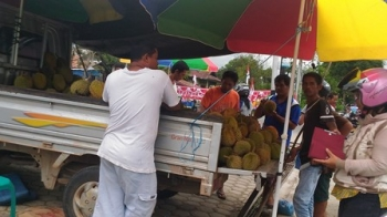 Durian dari Kabupaten Murung Raya dijual di Kuala Kurun, Kabupaten Gunung Mas.\\\\r\\\\n\\\\r\\\\n