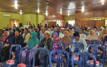 Pasutri yang ikut menghadiri kegiatan pembukaan sidang isbat massal yang digelar pemerintah daerah Kabupaten Sukamara dan Kantor Kementrian Agama (Kemenag) Sukamara di gedung Gawi Barinjam.