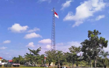 Bendera merah putih berukuran raksasa yang berkibar di menara halaman Polres Pulang Pisau.