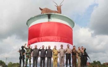 Tampak Bupati, Wakil Bupati, Ketua DPRD, perwakilan FKPD dan SKPD berfoto bersama di bawah ikon Bundaran Rusa, Nanga Bulik, usai mengikuti apel dan ikrar kebangsaan, Selasa (1/8/20117)