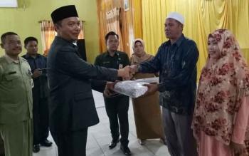 Wakil Bupati Sukamara, Windu Subagio memberikan bingkisan secara simbolis kepada pasangan sumai istri yang mengikuti sidang isbat massal.