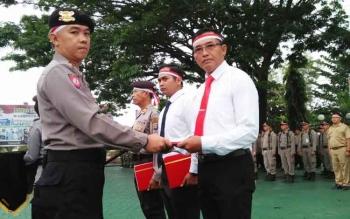 Kapolres Barito Utara menyerahkan penghargaan kepada anggotanya yang berjasa dalam tugas