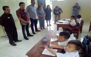 Anggota Komisi X DPR RI, Asdi Narang didampingi Ketua DPRD Kota Palangka Raya Sigit K Yunianto memberikan motifasi kepada murid SDN 5 Langkai, Senin (1/8/2017)