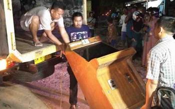 Polisi mengangkut barang bukti dari arena perjudian bingo di Jalan Kapten Mulyono.