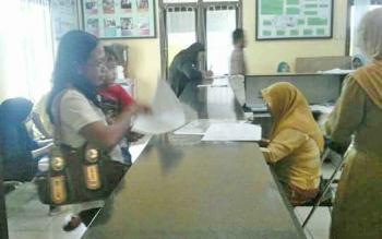 Pelayanan e-KTP di Disdukcapil, Kabupaten Kotawaringin Barat.