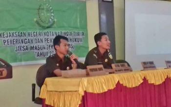 Jaksa Kejari Kotim saat sosialisasi di SMAN 1 Sampit, Rabu (2/8/2017).