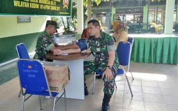 Komandan Kodim 1014/Pbn Letkol Inf Wisnu Kurniawan memeriksakan kesehatannya dalam Bakti Sosial Pengobatan Gratis, di Makodim 1014/Pbn, Rabu (2/8/2017).