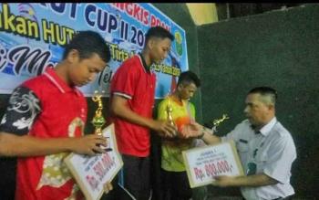 Direktur PDAM Tirta Arut Sapriansyah menyerahkan hadiah bagi pemenang turnamen Bulutangkis PDAM Tirta Arut Cup II 2017 di Gedung Koni Pangkalan Bun, Rabu (2/8/2017)