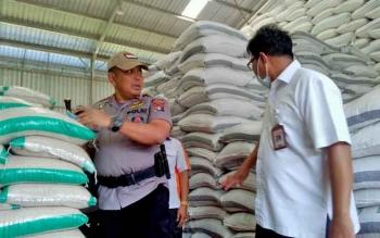 Kapolda Kalteng Brigadir Jenderal Anang Revandoko mengecek beras di bulog.