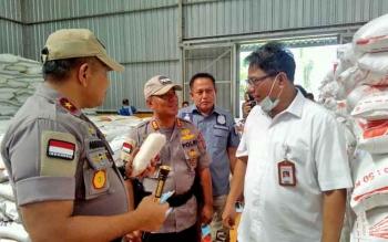 Kapolda Kalteng Brigadir Jenderal Anang Revandoko mengecek stok kebutuhan pangan di bulog.