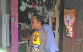 Anggota polisi dari polsek kumai saat mendatangi TKP pencurian diaebuah toko jam di Pasar Cempaka Kecamatan Kumai, Rabu (2/8/2017).
