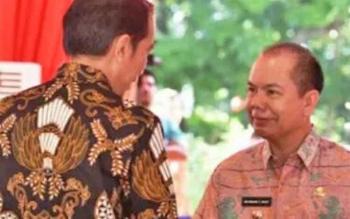 Bupati Kapuas Ben Brahim S Bahat bersalaman dengan Presiden Joko Widodo saat penyerahan Piala Adipura di Jakarta, Rabu (2/8/2017).