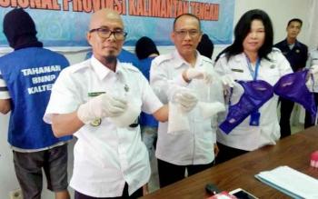 Plt Kepala BNN Kalteng Baja Sukma, Kabid Pemberantasan AKBP I Made Kariada dan anggota BNN menunjukkan barang bukti sabu, Rabu (2/8/2017).