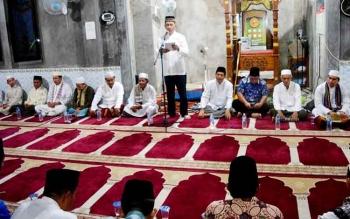 Bupati Barito Utara, Nadalsyah memberikan sambutan seusai salat Magrib di Masjid Nurul Asyiah Kelurahan Jingah, Kecamatan Teweh Baru