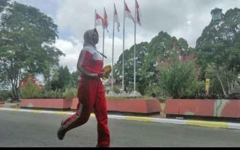 Salah seorang anggota Paskibra berlari menuju lokasi latihan di Halaman kantor Bupati Kobar
