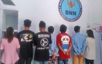 Inilah delapan ABG yang terjaring oleh BNNK saat menggelar pesta zenith di barakan no 3 Jalan LKMD II, Sidorejo, sekitar pukul 23.00 Wib, Rabu (2/8/2017).