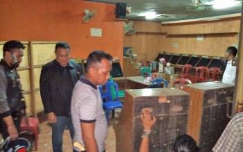 Kapolres Kotim AKBP Muchtar Supiandi Siregar saat memimpin penggrebekan markas judi bingo, beberapa waktu lalu.