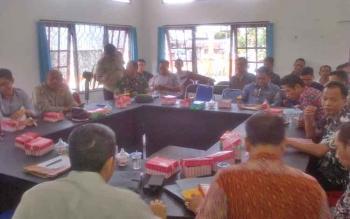 Eks karyawan menghadiri mediasi dengan PT BAP di kantor Disnakertrans Kabupaten Barito Selatan, Kamis (3/8/2017)