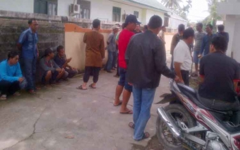 Eks karyawan PT BAP menghadiri mediasi di kantor Disnakertrans Kabupaten Barsel, Kamis (3/8/2017).