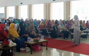 Asma Nadia saat menyampaikan materi dalam kegiatan kegiatan bedah buku salon kepribadian dan motivasi yang digelar Dinas Perpustakaan dan Kearsipan (DPK) Sukamara.