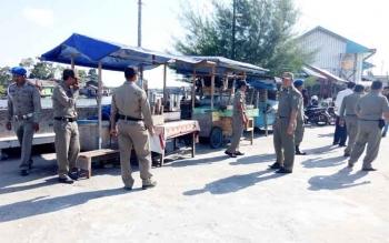 Petugas Satpol PP Sukamara melakukan patroli terhadap pedagang yang berjualan di trotoar