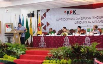 Gubernur Kalteng Sugianto Sabran dan Wakil Ketua KPK Saut Situmorang (tengah) beserta pejabat dari Kemendagri dan BPKP melakukan rakor dengan bupati/walikota, Kamis (3/8/2017)