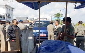 Satpol PP Sukamara saat melakukan patroli terhadap pedagang yang berjualan di trotoar.
