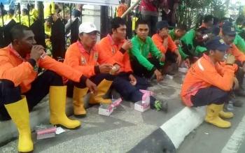 Pasukan Kuning saat duduk depan rumah jabatan Bupati menikmati minuman dan kue setelah berarak-arakan membawa Piala Adipura Kamis (3/8/2017) sore.