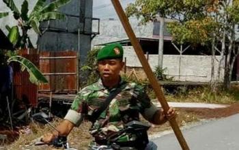 Beginilah cara prajurit TNI Kodim 1014 Pangkalan Bun mensosialisasikan pemasangan bendera merah putih kepada masyarakat.