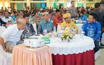 Bupati barito Utara, H Nadalsyah saat bersama bupati dari kabupaten lainnya saat menghadiri kegiatan seminar nasional di Palangka Raya
